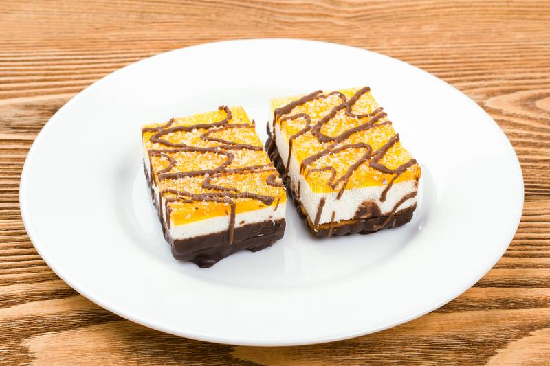 Dos tortas de chocolate en una placa blanca imágenes de archivo libres de regalías