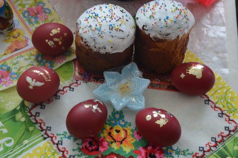 Dos tortas festivas con los huevos pintados mienten en la tabla fotografía de archivo libre de regalías