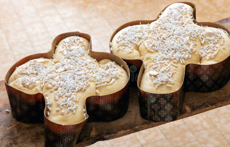 Dos tortas tradicionales del colomba de Pascua del italiano imagenes de archivo