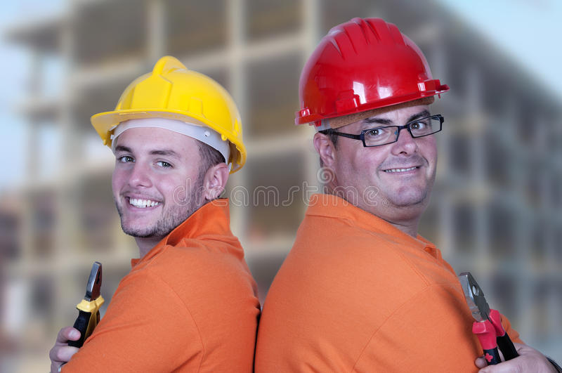 Dos trabajadores de construcción foto de archivo