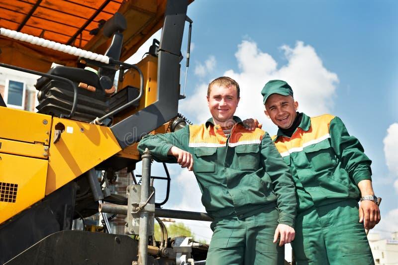 Dos trabajadores del asfalto foto de archivo