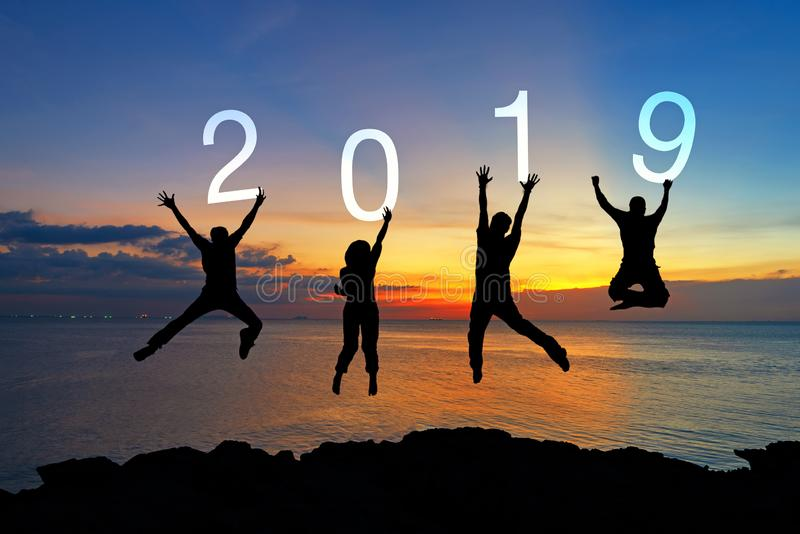 Dos trabalhos de equipe felizes do negócio da silhueta graduação de salto das felicitações no ano novo feliz 2019 Os povos do gru imagens de stock