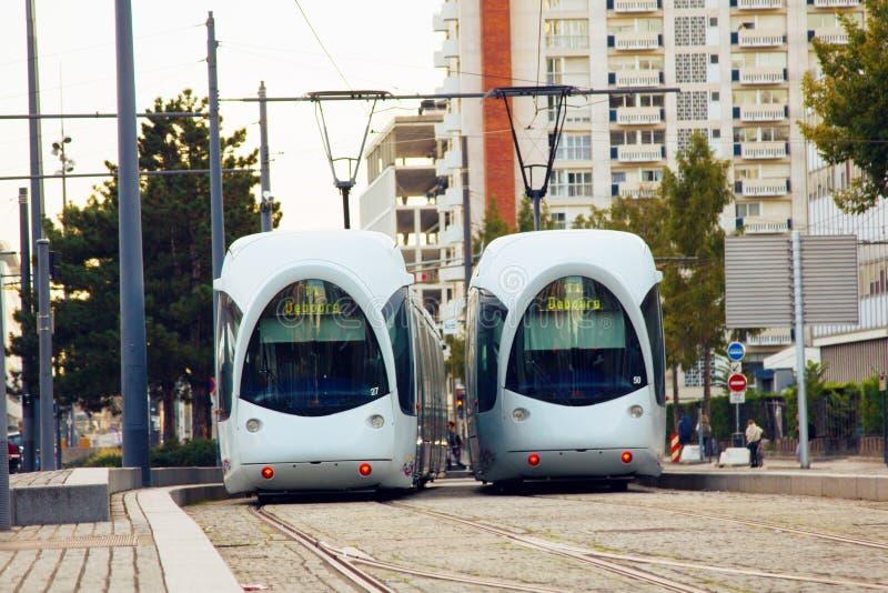 Dos tranvías hacia uno a fotografía de archivo