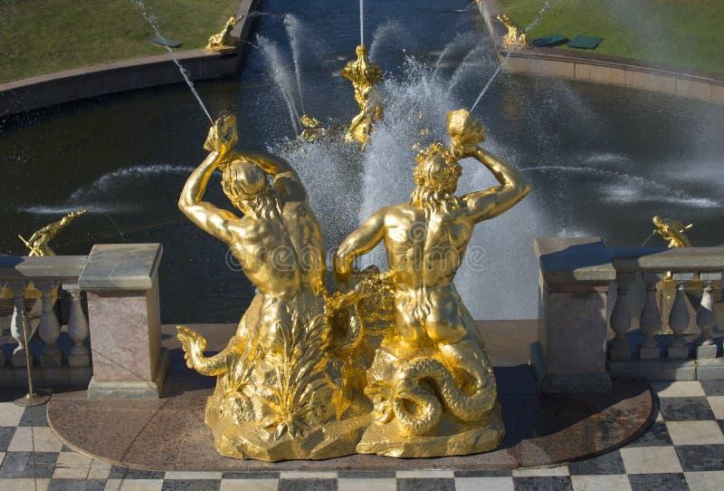 Dos Tritón sobre el cuenco de la cascada magnífica Peterhof imagen de archivo libre de regalías