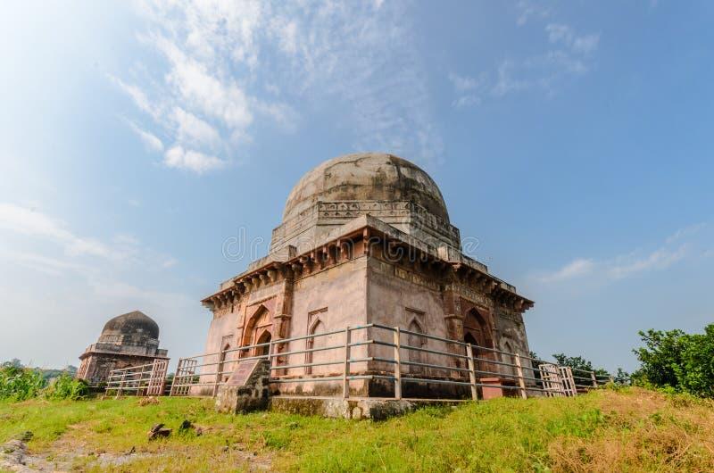 Dos tumbas antiguas y nubes la India fotos de archivo