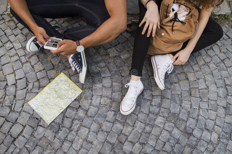 Dos turistas jovenes con smartphone en la ciudad vieja imágenes de archivo libres de regalías