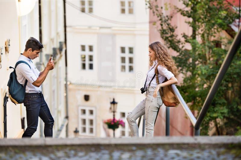 Dos turistas jovenes con smartphone y la cámara foto de archivo libre de regalías