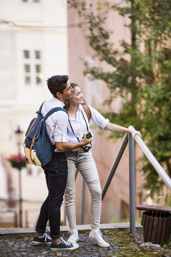 Dos turistas jovenes con smartphone y la cámara foto de archivo
