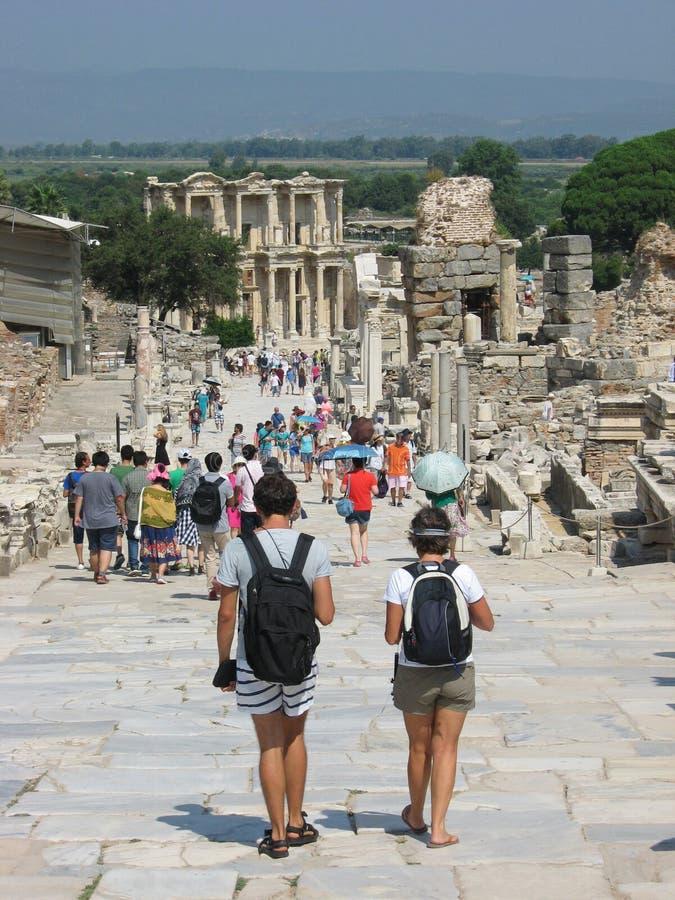Dos turistas jovenes del backpacker en la ciudad antigua de Ephesus imagen de archivo