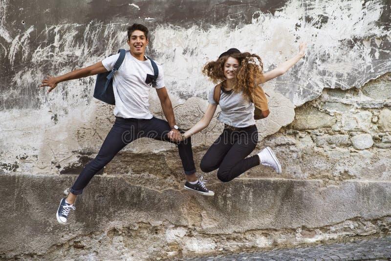 Dos turistas jovenes en la ciudad vieja, divirtiéndose fotografía de archivo