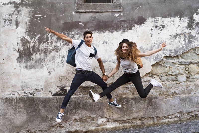 Dos turistas jovenes en la ciudad vieja, divirtiéndose imagenes de archivo