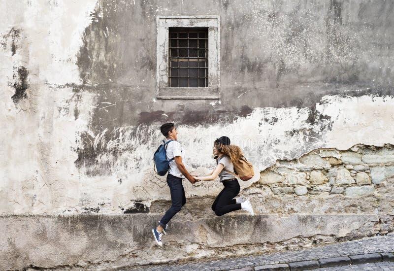 Dos turistas jovenes en la ciudad vieja, divirtiéndose imagen de archivo libre de regalías