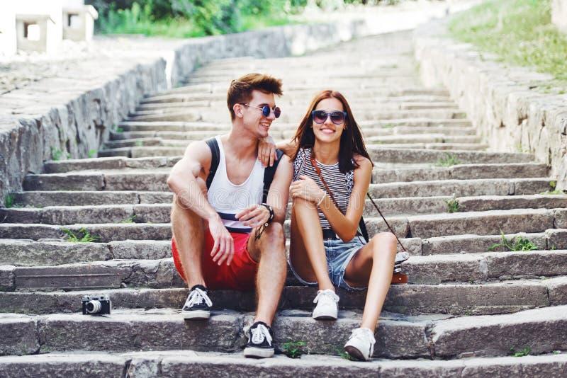 Dos turistas jovenes que toman una rotura en la escalera vieja imagenes de archivo