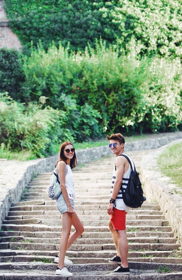 Dos turistas jovenes que toman una rotura en la escalera vieja fotografía de archivo