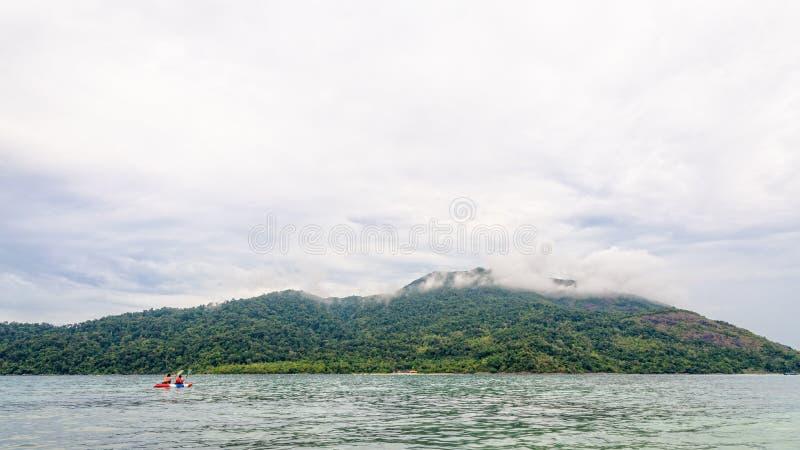 Dos turistas kayaking en el mar en la isla de Ko Adang imagenes de archivo