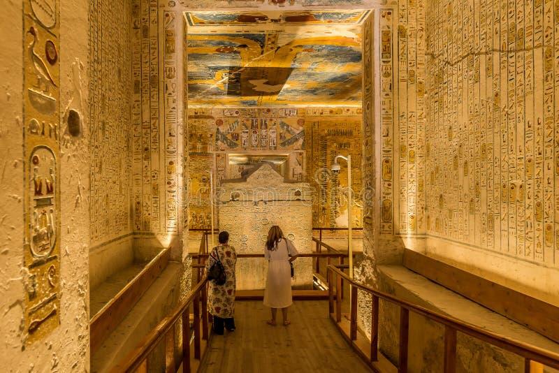 Dos turists dentro de una tumba en el valle de los reyes imagen de archivo libre de regalías
