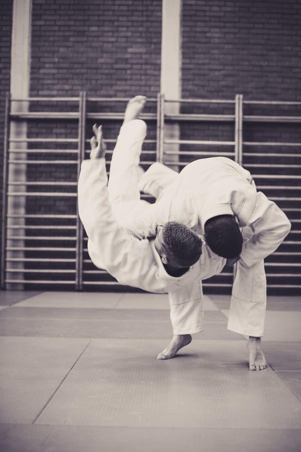 Dos varones jovenes que practican el judo junto fotos de archivo