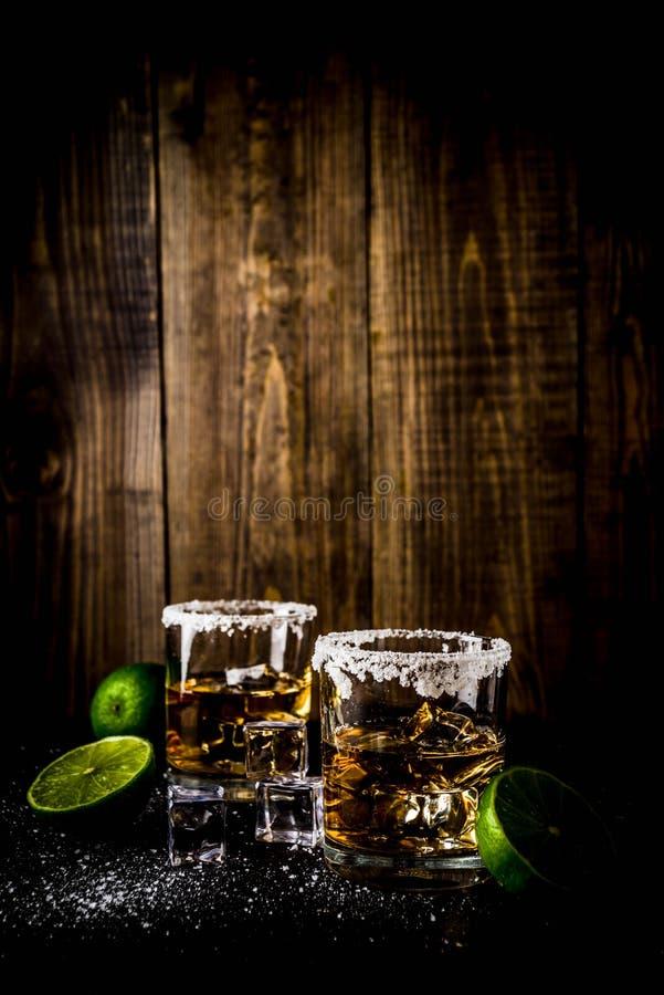 Dos vasos de medida del tequila imagenes de archivo