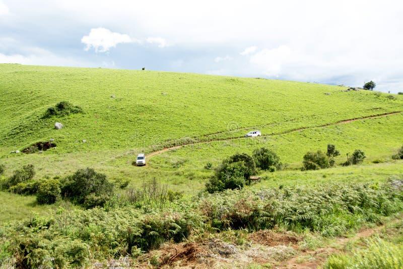 Dos vehículos 4x4 que viajan en el camino de tierra peligroso imagen de archivo libre de regalías