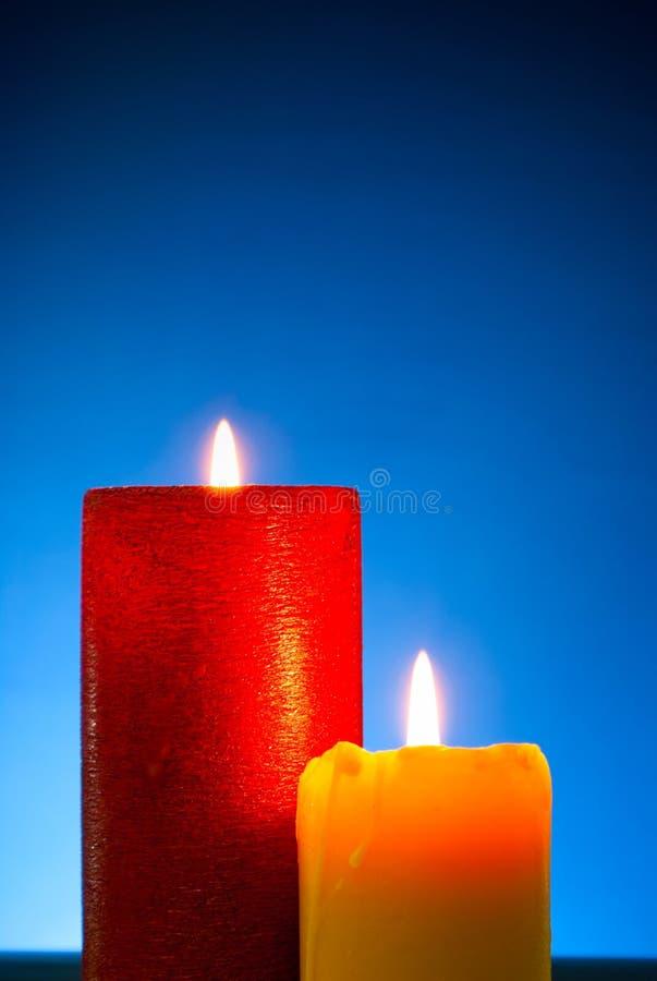 Dos velas coloridas ardiendo fotografía de archivo