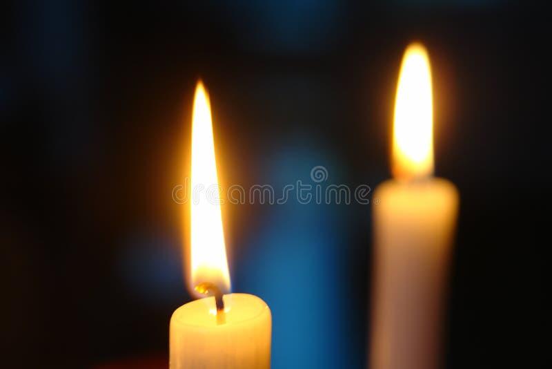 Dos velas contra un fondo oscuro fotos de archivo libres de regalías