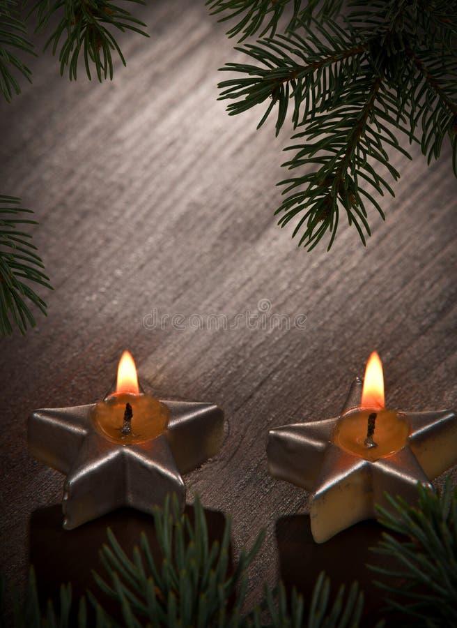 Dos velas de la Navidad con la ramita fotos de archivo