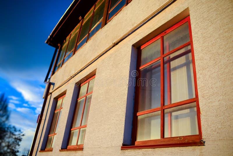 Dos ventanas de madera en la pared fotos de archivo