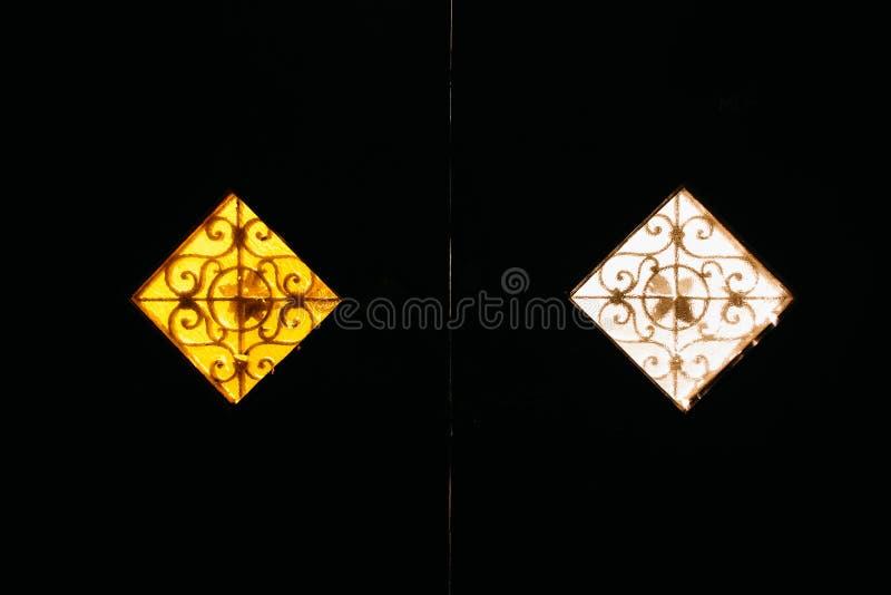 Dos ventanas mates del vintage de amarillo y de blanco imágenes de archivo libres de regalías