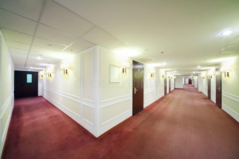 Dos vestíbulos ligeros espaciosos con muchas puertas de madera imagen de archivo