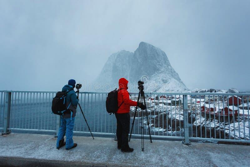 Dos viajeros en Lofoten imágenes de archivo libres de regalías