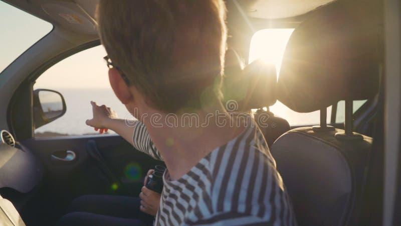 Dos viajeros miran en la distancia y ven la blanco en el horizonte imagen de archivo