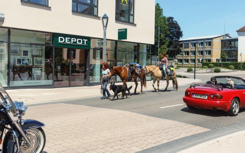 Dos viajes de las mujeres con los caballos imagen de archivo libre de regalías