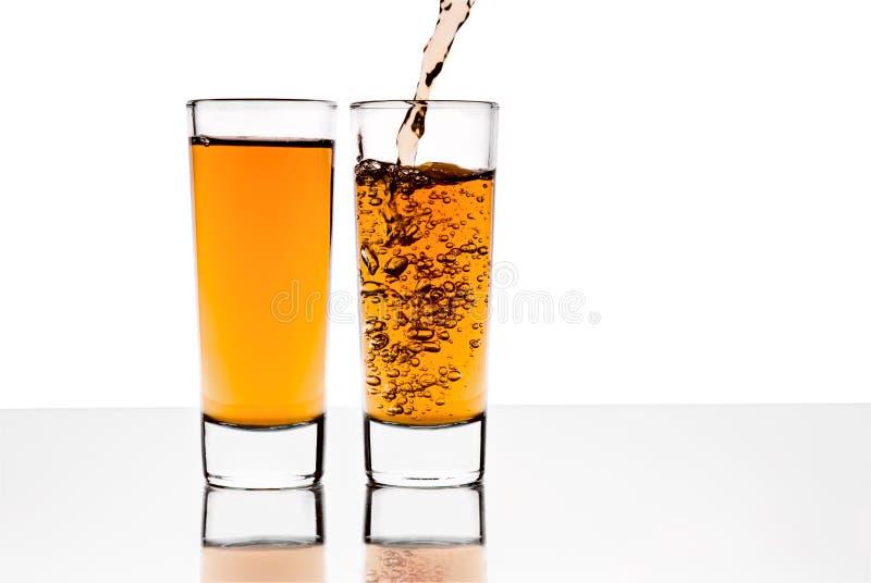 Dos vidrios con alcohol imagenes de archivo