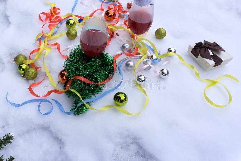 Dos vidrios con el vino rojo en la tabla Árbol de navidad borroso en fondo imagen de archivo libre de regalías