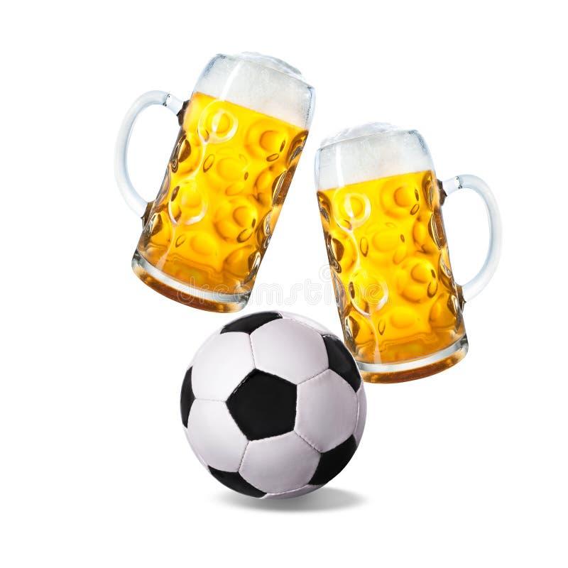 Dos vidrios con la cerveza y el balón de fútbol foto de archivo libre de regalías