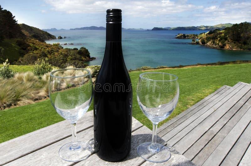 Dos vidrios con una botella de vino rojo imagen de archivo libre de regalías