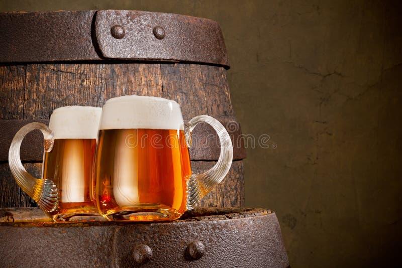 Dos vidrios de cerveza imagenes de archivo