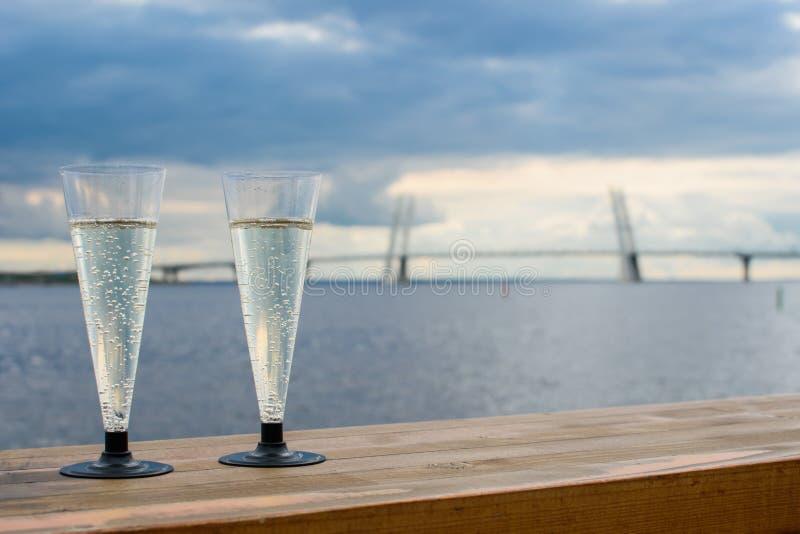 Dos vidrios de champán blanco imagen de archivo
