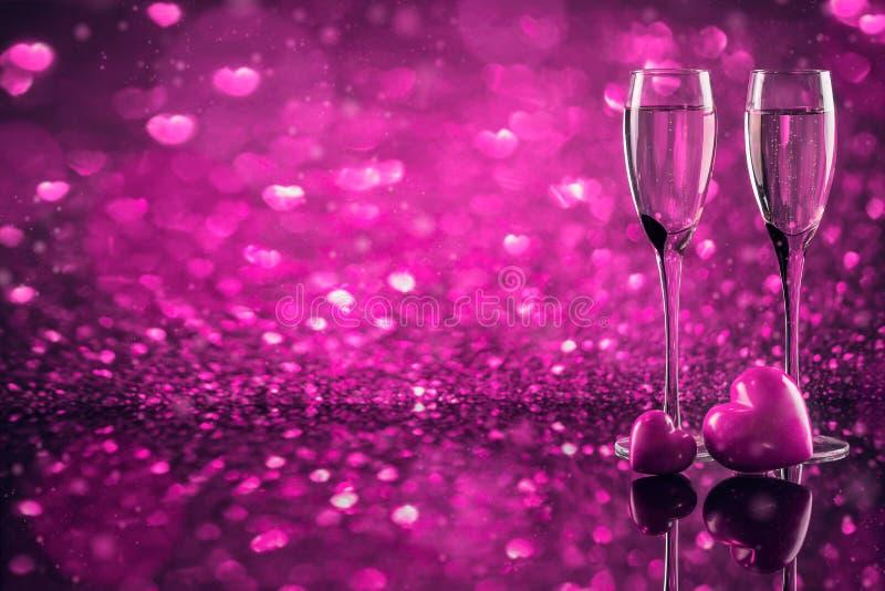 Dos vidrios de champán con el bokeh rojo de la forma del corazón en fondo imagen de archivo