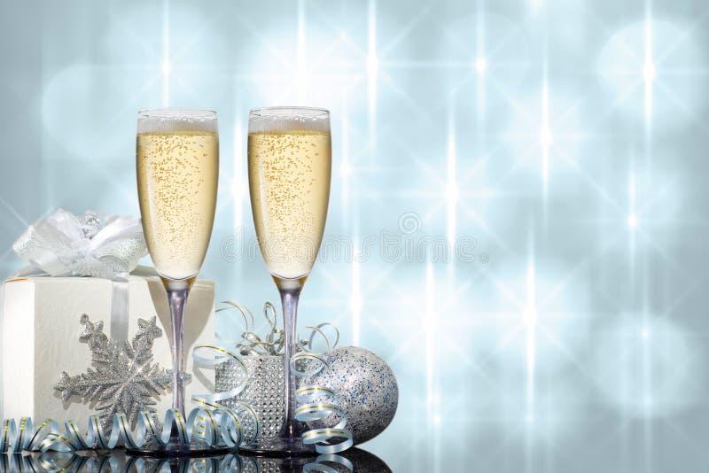 Dos vidrios de champán con el regalo y los juguetes de la Navidad fotos de archivo libres de regalías