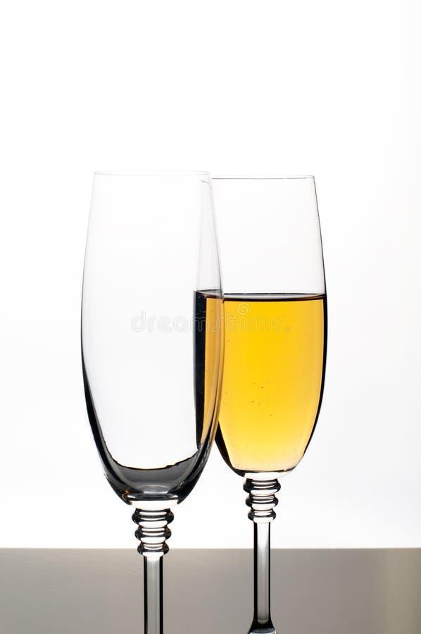 Dos vidrios de champán o de vino aislado en blanco foto de archivo libre de regalías