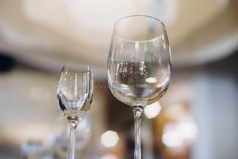Dos vidrios de cristal vacíos para el vino y la vodka imagen de archivo