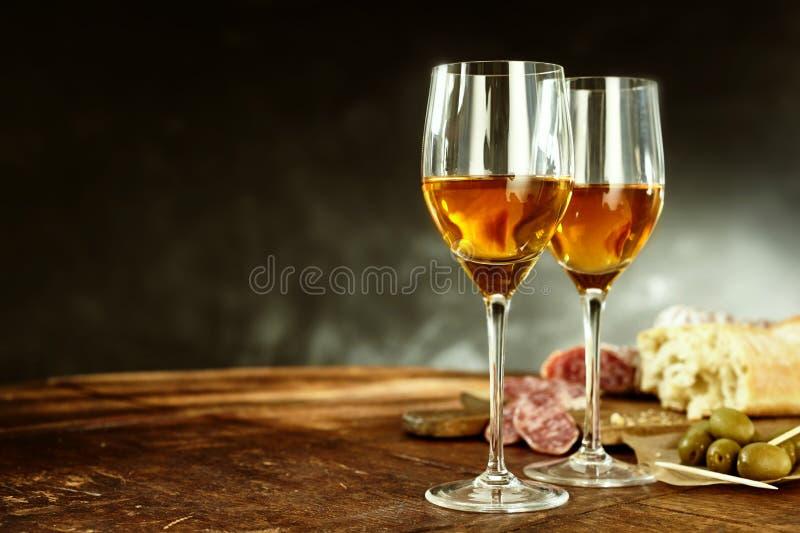 Dos vidrios de jerez con tapas sabrosos foto de archivo libre de regalías