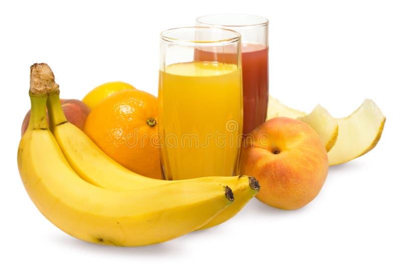 Dos vidrios de jugo y de frutas frescas fotos de archivo