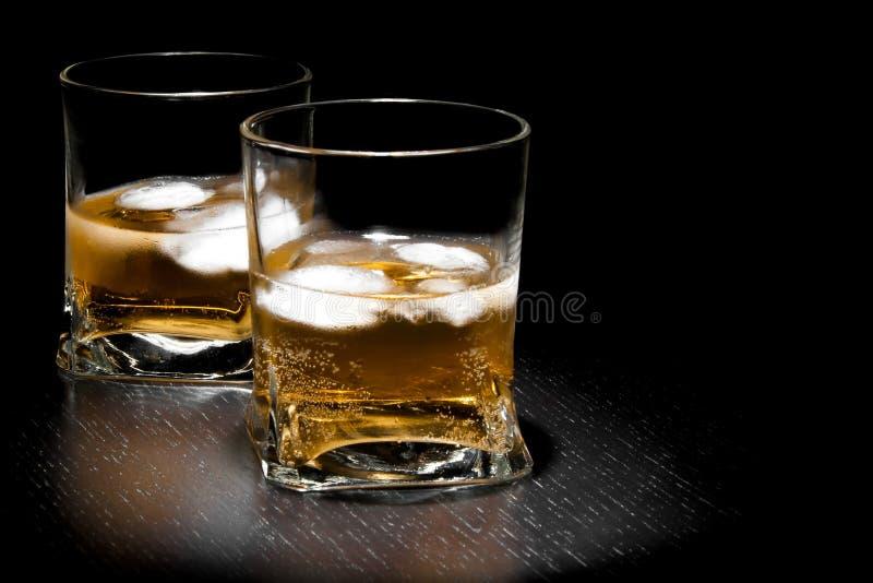 Dos vidrios de la bebida fresca larga con hielo con el espacio para el texto imagenes de archivo
