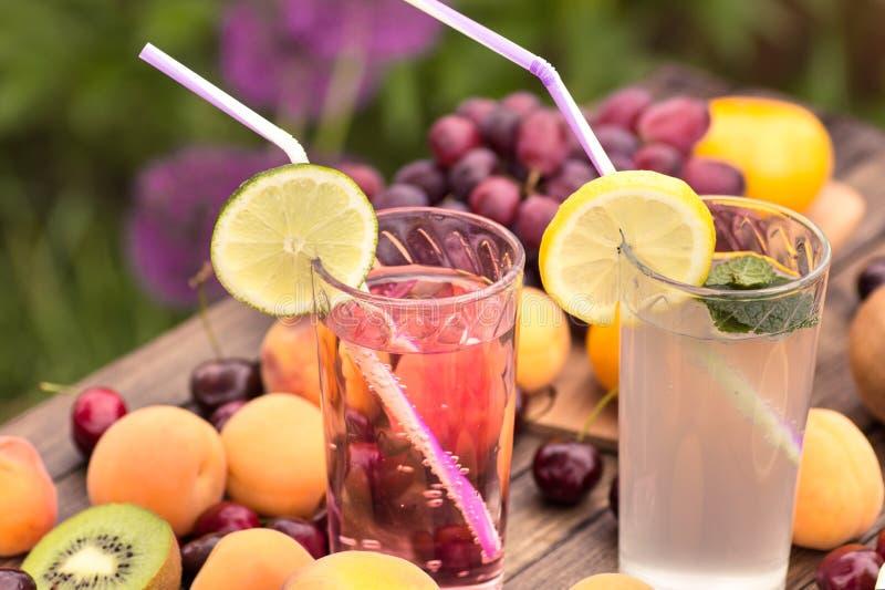 Dos vidrios de limonada imagen de archivo