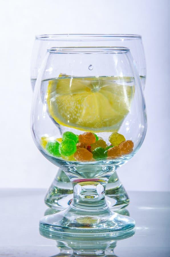 Dos vidrios de monpantis del limón y del caramelo de agua fotos de archivo libres de regalías