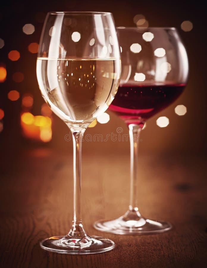 Dos vidrios de vino blanco y rojo imagen de archivo libre de regalías