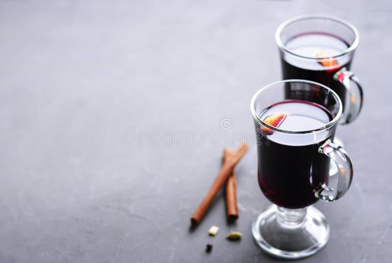Dos vidrios de vino reflexionado sobre foto de archivo