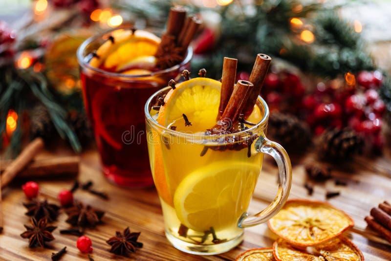 Dos vidrios de vino reflexionado sobre caliente con las naranjas y las especias en fondo de madera vista lateral del primer imágenes de archivo libres de regalías